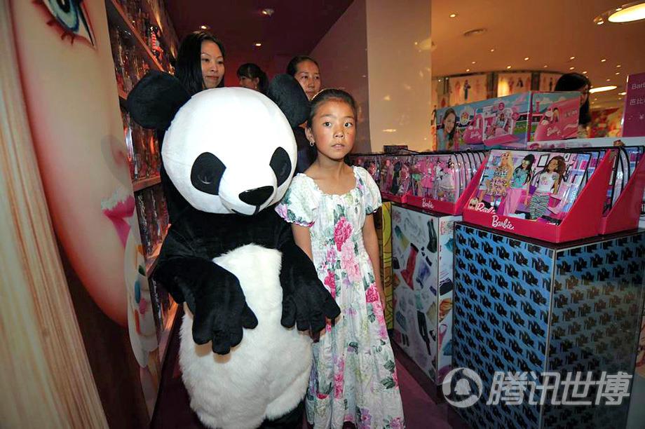 熊猫芭比陪伴在代吉文毛左右