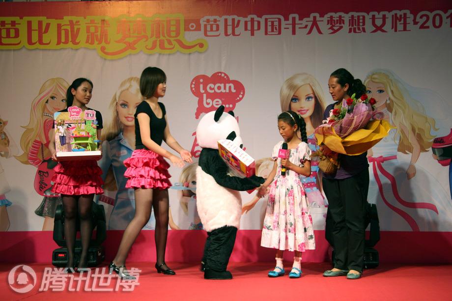 芭比上海旗舰店将限量版熊猫芭比赠送给代吉文毛,完成了这个小女孩的梦想。