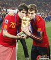 图文:西班牙夺大力神杯 球员激情庆祝(147)