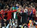 图文:西班牙夺大力神杯 球员激情庆祝(156)