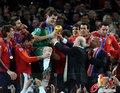图文:西班牙夺大力神杯 球员激情庆祝(157)
