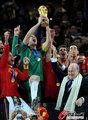 图文:西班牙夺大力神杯 球员激情庆祝(158)