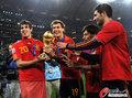 图文:西班牙夺大力神杯 球员激情庆祝(161)