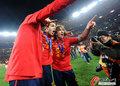 图文:西班牙夺大力神杯 球员激情庆祝(172)