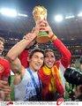 图文:西班牙夺大力神杯 球员激情庆祝(177)