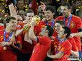 图文:西班牙夺大力神杯 球员激情庆祝(178)