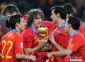 图文:西班牙夺大力神杯 球员激情庆祝(180)
