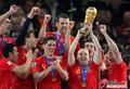 图文:西班牙夺大力神杯 球员激情庆祝(185)