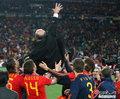 图文:西班牙夺大力神杯 球员激情庆祝(186)