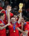 图文:西班牙夺大力神杯 球员激情庆祝(191)