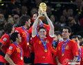 图文:西班牙夺大力神杯 球员激情庆祝(192)
