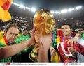 图文:西班牙夺大力神杯 球员激情庆祝(195)