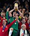 图文:西班牙夺大力神杯 球员激情庆祝(261)