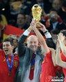图文:西班牙夺大力神杯 球员激情庆祝(273)
