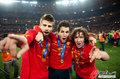 图文:西班牙夺大力神杯 球员激情庆祝(278)