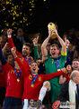 图文:西班牙夺大力神杯 球员激情庆祝(286)