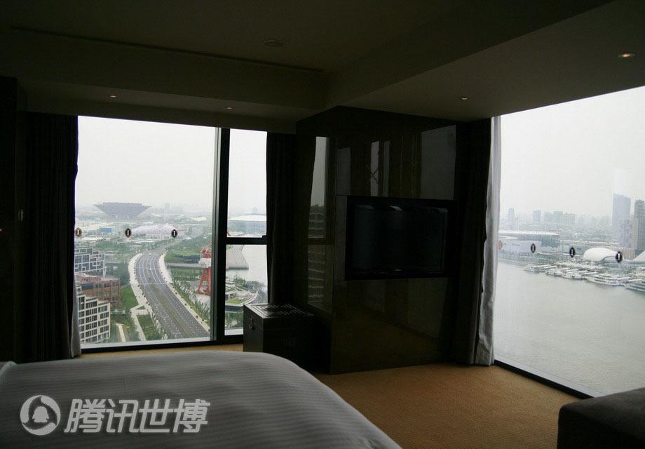 酒店房间的两面墙都设计成落地窗,拥有无敌江景