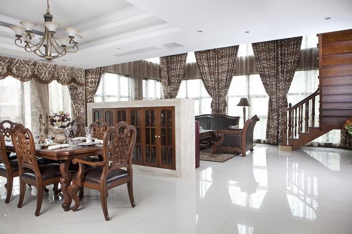 餐厅的设计也是和整个房间的风格相搭配的,包括餐桌上的餐具、装饰物都是经过设计的,与整体风格谐调搭配。电视墙的后面做成了酒水柜,使空间得到了充分的利用。