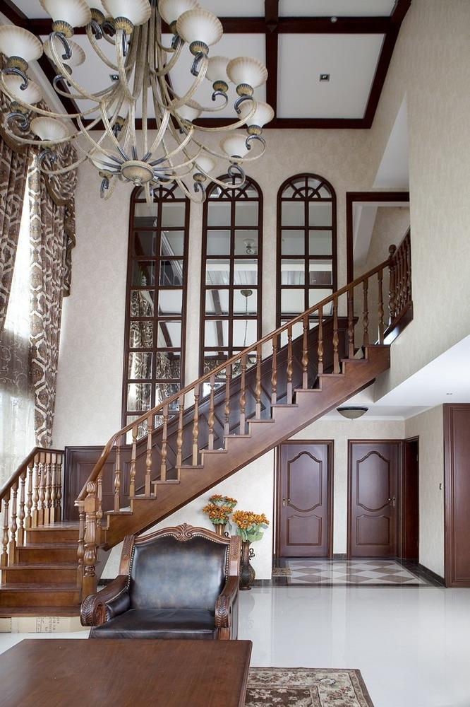 楼梯的色调也是根据整体风格来设计的,从图纸出炉,然后到买购买,所有的颜色都是配成套的。设计师全程陪同业主购买材料,使之搭配起来更和谐。