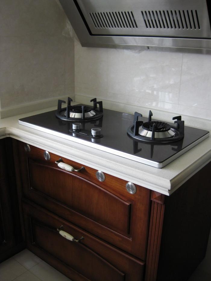 热水器、灶台都在生活阳台里面,做饭的时候把玻璃门关上,油烟也不会跑进来。生活阳台整体的效果也能很好的体现。