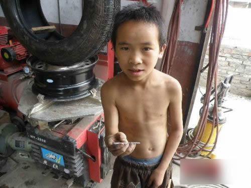 10岁男孩因成绩差被拒绝入学 业余当起修车工(转帖)