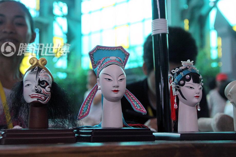 这些木偶的做工极为精致,堪称艺术品