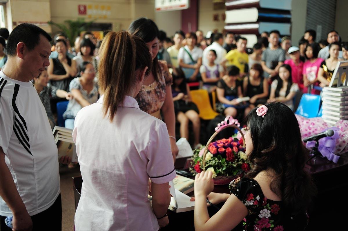 7月11日,杜雅熙在重庆书城签售 塔塔摄影
