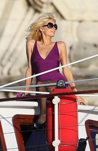 名媛希尔顿赴巴黎拍性感写真 游轮上卖弄风情