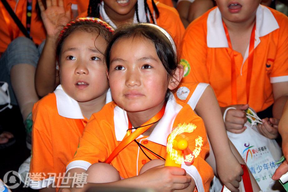 新疆小女孩古里苏尼在世博园美国馆