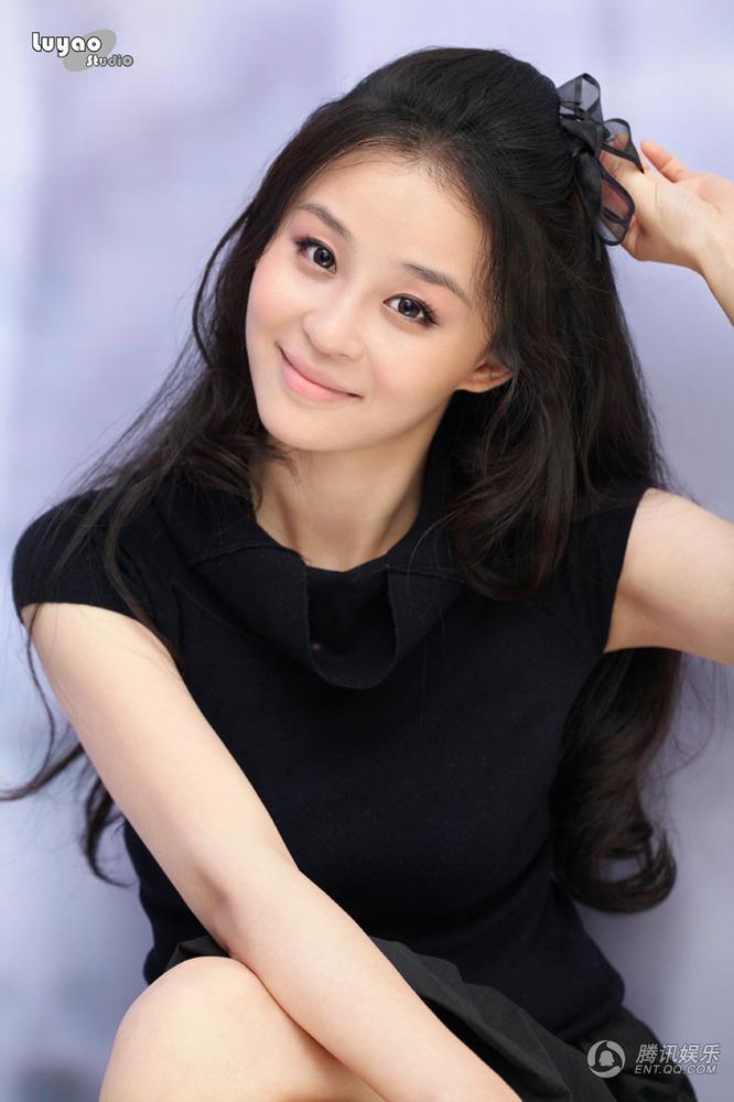 高清:吴亚桥最新时尚写真照 小黑裙微露性感