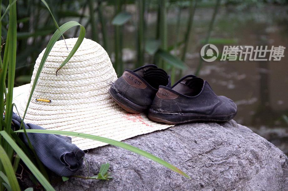 这顶还算新的草帽,以及放在一起的破烂的鞋袜,属于58岁的河南老人梁世本。他是世博公园里的一名普通的园林工人