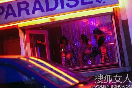 偷拍布鲁塞尔红灯区女人里的橱窗搭讪美女广州_腾讯大楚图片