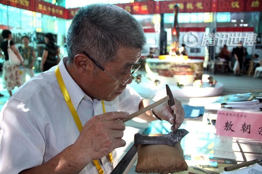 66岁的敖朝宗出生在湖北古城荆州的一个青铜器手工艺世家。凭借祖传的青铜器铅锡刻镂技艺,敖朝宗已经成为一代手工艺大师,创作的青铜器有如从数千年前穿越而来。