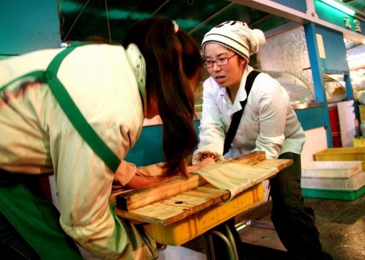 大学生卖豆腐 上货可是个体力活,干起活来很卖力