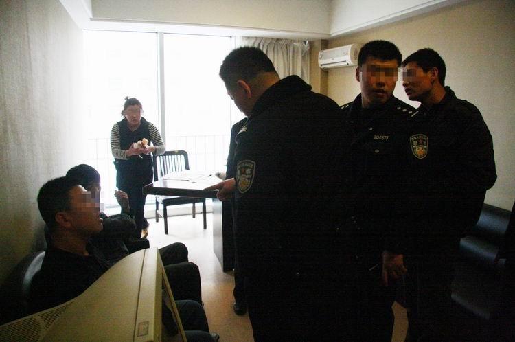 招聘男性特殊服务员 2.24 警察的出现令房间里的人有些惊慌失措