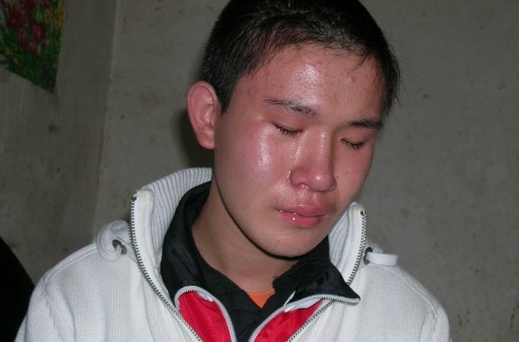 父亲患绝症,15岁少年撑起一个家 爸爸在一天我就幸福一天 可爸爸不在了我该怎么办,(他怕爸爸伤心,躲着爸爸泪流满面)