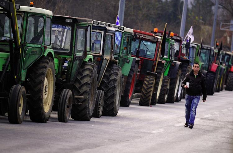 希腊农民无视总理提议,阻断边境交通。