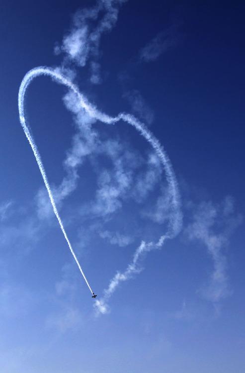 飞行表演助兴巴林国际航展开幕式