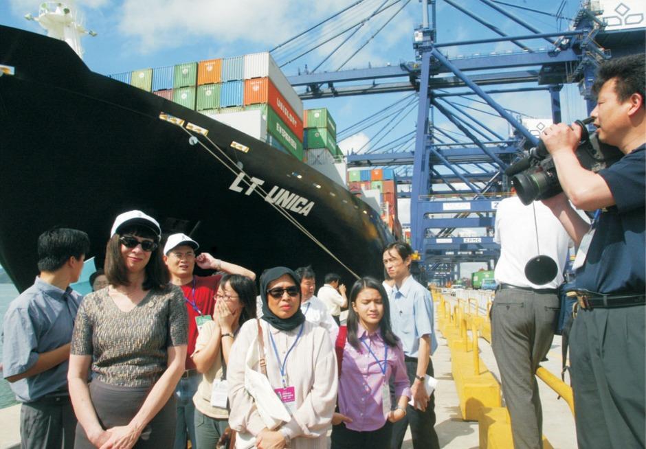 深圳港口发展吸引世界关注。