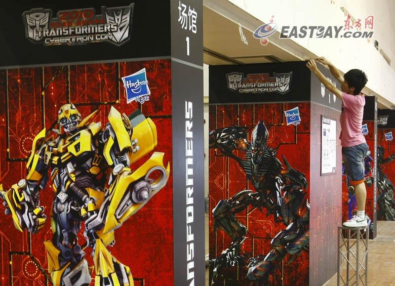 """擎天柱手绘墙; 高清:巨型""""大黄蜂""""沪上亮相"""