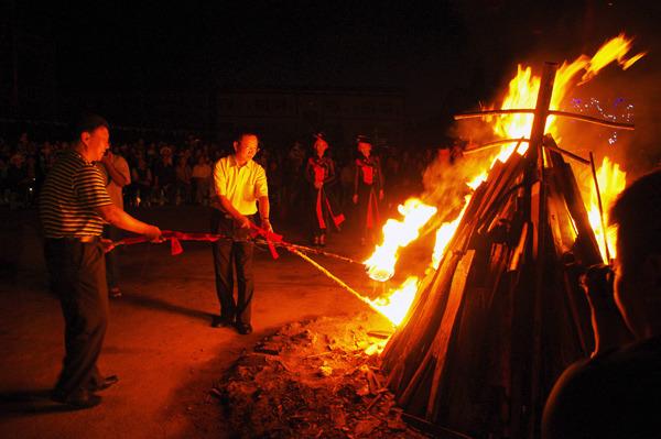 市领导点燃篝火