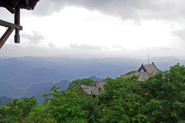 在大风堡顶峰的木楼上远眺群山