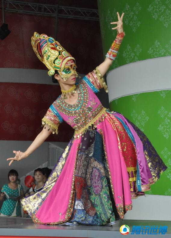 高清:新加坡木偶戏 传统鼓乐艳丽服装交相辉映