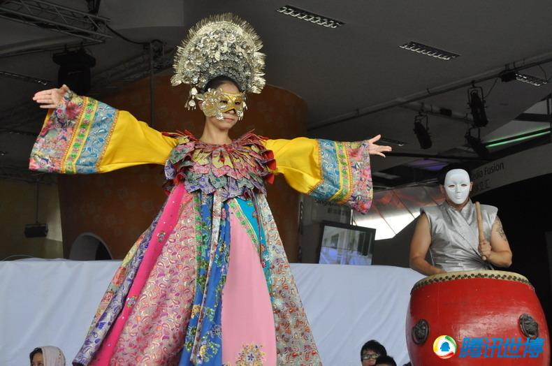腾讯世博媒体联盟前方报道 近日,在新加坡馆前,排队的游客们可以欣赏到全新舞蹈新加坡木偶戏。新加坡木偶戏则受新加坡四大种族文化的启发,通过古老的歌舞剧院艺术形式,融入新加坡传统戏曲和现代舞等元素,将传统文化与现代元素完美融合。 随着民族鼓声的阵阵响起,象征华族、马来族、印度族和娘惹族的舞者,身着融入各族特色元素的艳丽服装,亮相新加坡馆中央舞台;通过现代化的舞蹈动作,在交织着传统鼓乐和电子乐的现代曲调中,翩翩起舞,将新加坡多元文化的神采呈现给世博盛会的观众。 另一支全新上演的舞蹈则是 岛国交响曲,这