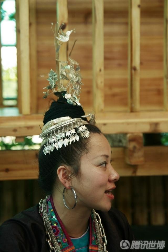 姐姐的也同样佩戴苗族银器,身穿侗族传统服饰。