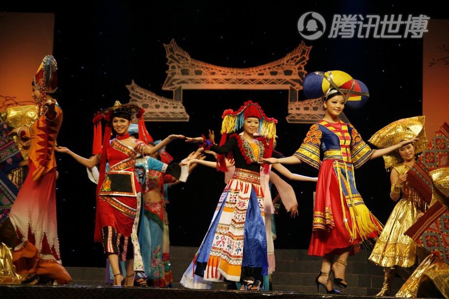 在舞台上展示广西民族服装的姑娘们
