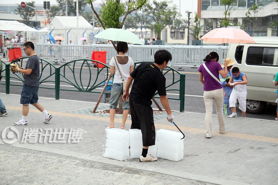 运送冰块的工作人员,在酷暑的天气下,奔波园内外给各志愿者站点运送冰块。