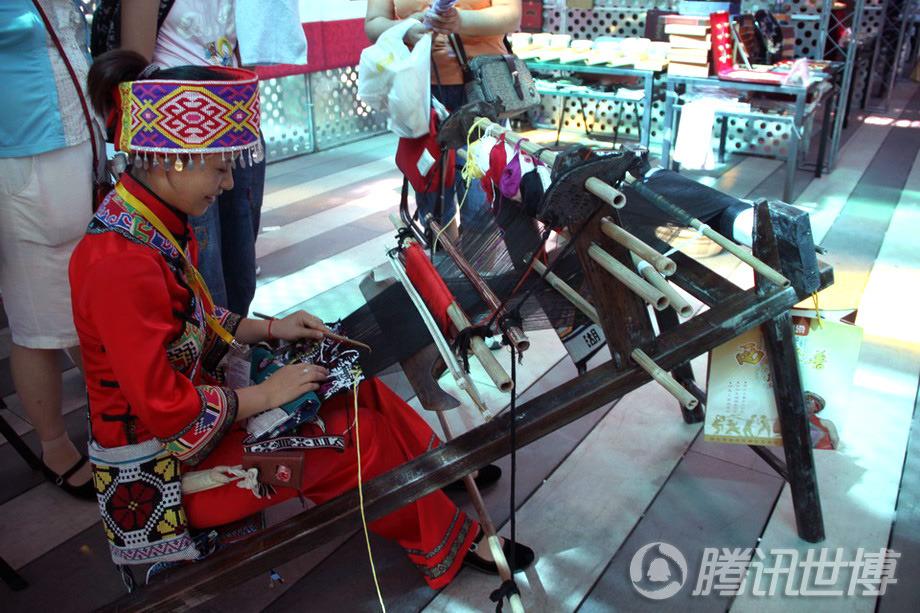 """土家族姑娘梁晓是宝钢大舞台传习区的一道风景,她把土家族的古老织锦""""西兰卡普""""带到了世博会上"""
