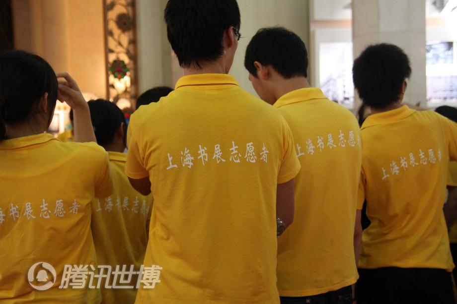 上海书展的志愿者,在最后一天工作结束后合影留念