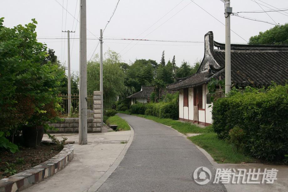 """位于村口的两幢百年老屋,房顶拱起的部分叫""""观音兜"""""""